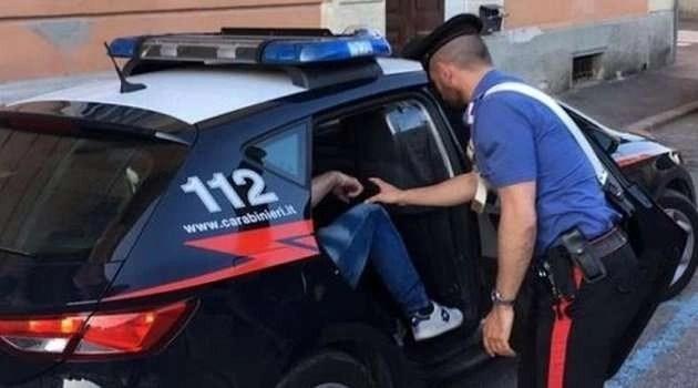 Cronaca, Napoli. Minaccia la famiglia con delle forbici per comprare droga: arrestato