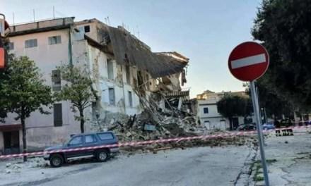 Sfiorata la tragedia ad Aversa. Crolla un edificio abbandonato