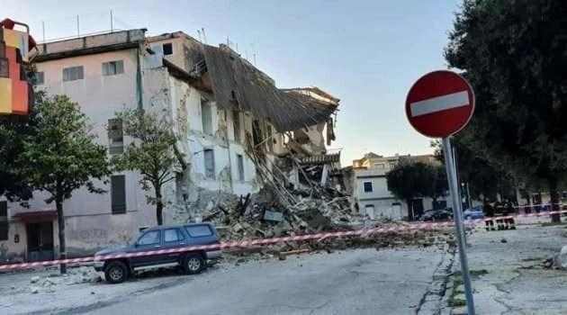 Crolla l'ex scuola Cimarosa, si indaga