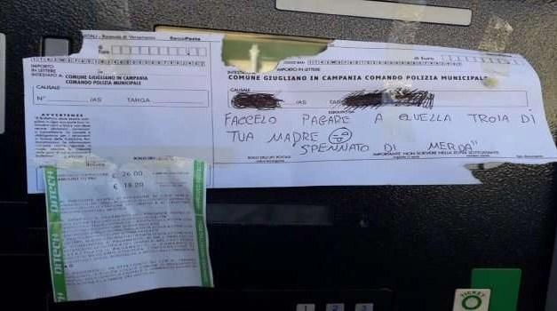 """Si rifiuta di pagare la multa, la attacca al parchimetro con un dedica """"piccante"""""""