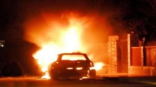 Paura nella notte. Auto in fiamme