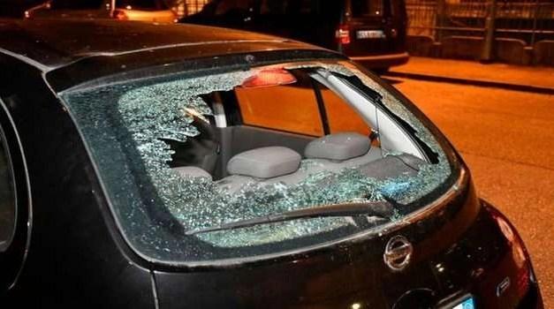 Vandali in azione a Giugliano. Distrutte diverse auto
