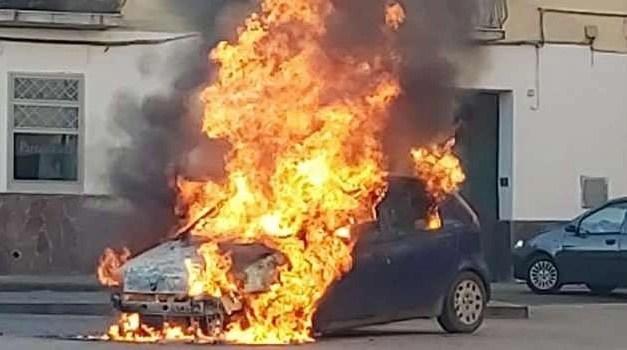 """Auto in fiamme al centro commerciale """"Il Molino"""""""