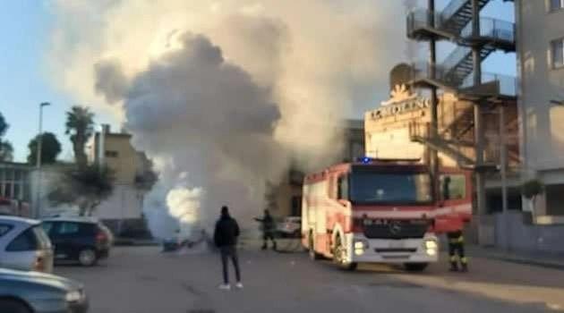 auto in fiamme al Molino