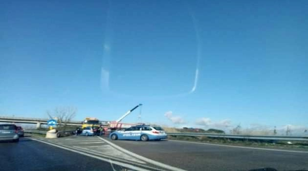Incidente tra due camion sull'asse mediano