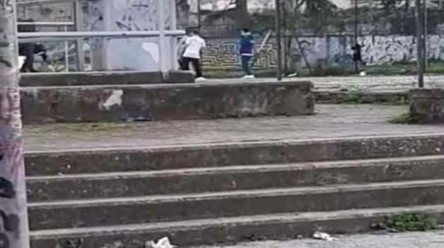 Genitori multati dalla Polizia locale. I figli giocavano a pallone per strada