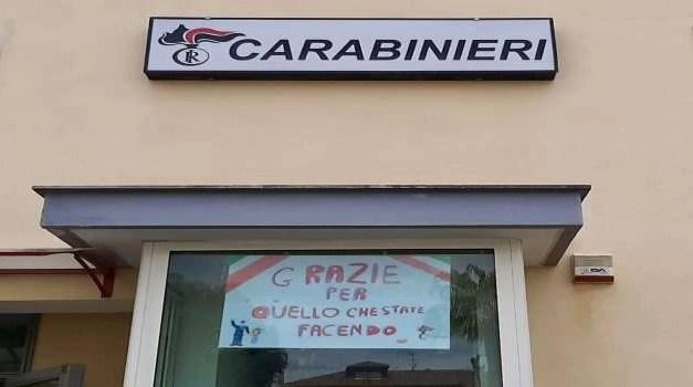 Si reca dai Carabinieri per ringraziarli. Il suo disegno viene esposto all'esterno della caserma
