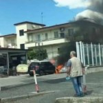 Auto in fiamme. Grossa nube nera invade la zona (VIDEO)