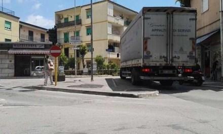 Caos in strada. Camion costretto a fare una manovra pericolosa