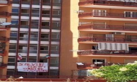 """Mondragone: striscione pro-Salvini in una delle palazzine della """"zona rossa"""""""
