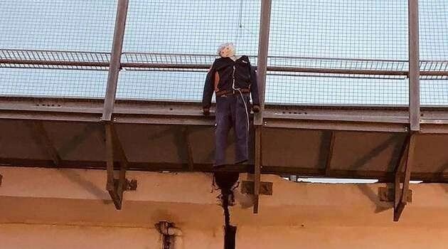Napoli, Whirlpool: operai espongono per protesta manichino impiccato
