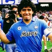 Becchino scatta selfie con Maradona nella bara: licenziato