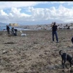 Napoli. Giovani ripuliscono il lido Mappatella