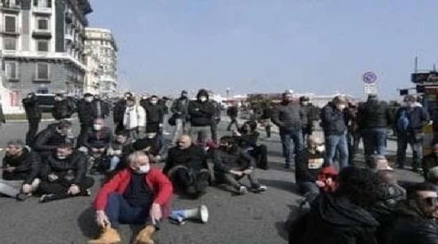 Napoli, cronaca La rivolta dei ristoratori in strada a Napoli