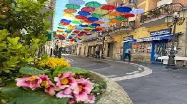 Napoli, cronaca Lo spettacolo degli ombrelli colorati a Calvizzano