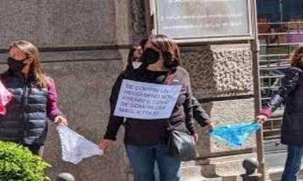 """Napoli. La protesta delle """"mutande"""" a via Chiaia"""