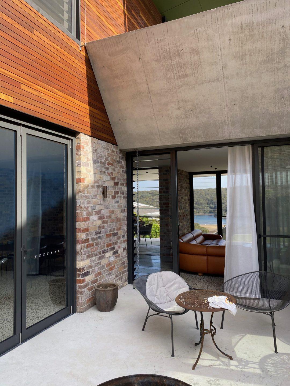 06-Grayspoint-architecture-internal-courtyard-interiors-off-form-concrete-horizontal-timber-cladding-aluminium-sliders