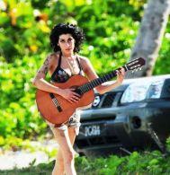amy-winehouse-chitarra-8
