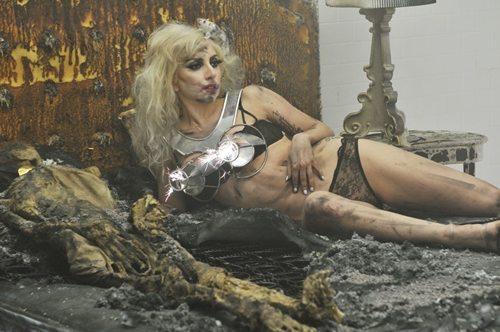 Lady Gaga in tour con i cadaveri?