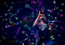 Pioggia di coriandoli per Chris Martin