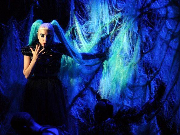 Lady Gaga sul palco degli MTV Video Music Awards Aid Japan