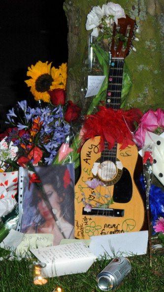 Chitarra e fiori per Amy Winehouse