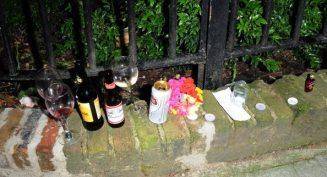 Bottiglie di vino e birra per Amy Winehouse