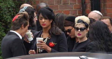 Kelly Osbourne arriva al Golders Green per la cremazione