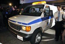 La polizia porta via il corpo di Whitney | © Photo/Toby Canham/Getty Images
