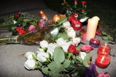 Fiori e candele per Whitney Houston | © ROBYN BECK/AFP/Getty Images