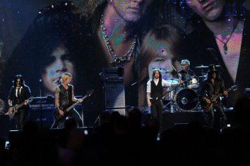 Myles Kennedy con Duff McKagan e Slash sul palco | © Michael Loccisano/Getty Images