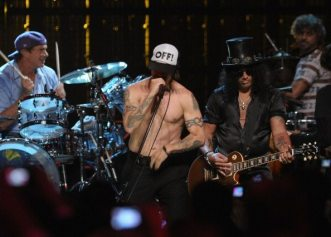 Chad Smith ed Anthony Kiedis sul palco con Slash | ©Michael Loccisano/Getty Images