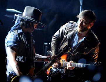 Johnny Depp e Dan Auerbach | © Kevin Winter/Getty Images