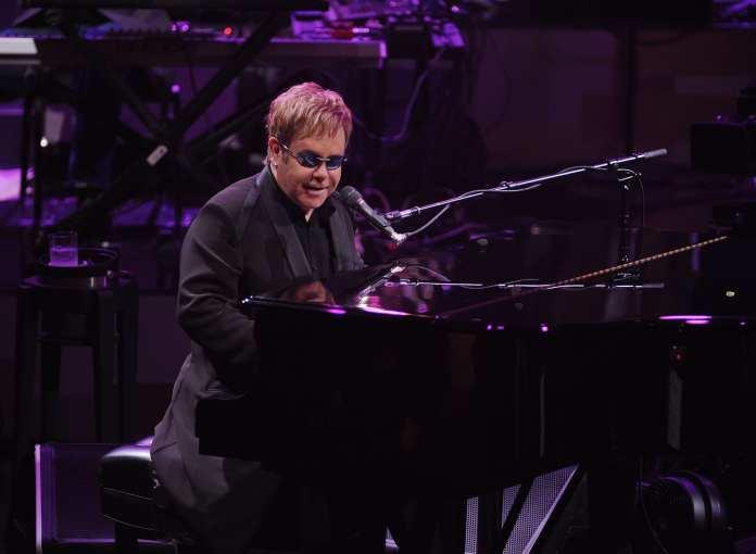 Elton John annuncia il suo tour di addio dal palco
