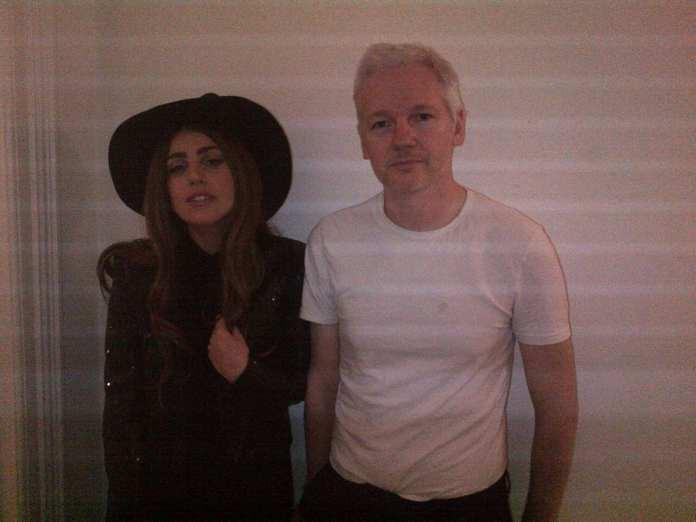 Lady Gaga fa visita a Julian Assange scatenando la curiosità generale