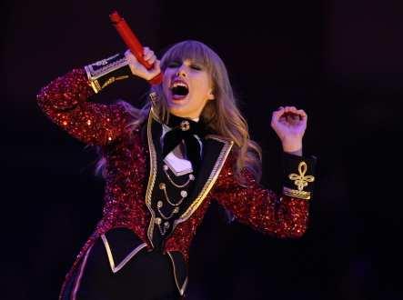 Taylor Swift si esibisce sul palco degli MTV EMA