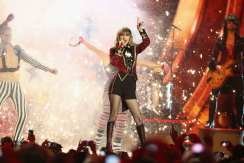 Taylor Swift regala ai fan una performance energica