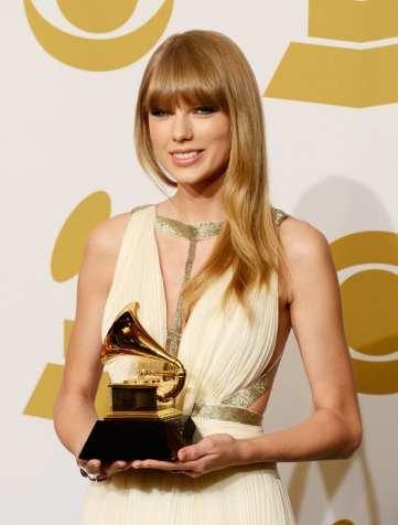 Taylor Swift mostra il premio ricevuto | © Jason Merritt/Getty Images
