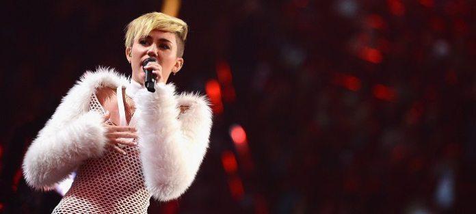 """O'Connor rimprovera Miley Cyrus: """"Non prostituirti per il successo"""""""