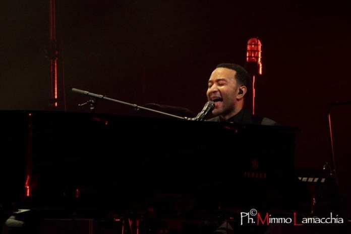 John Legend suona a sorpresa in stazione