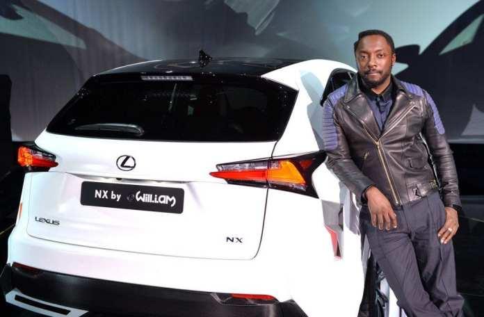 will.i.am con la vettura sponsorizzata dalla sua canzone
