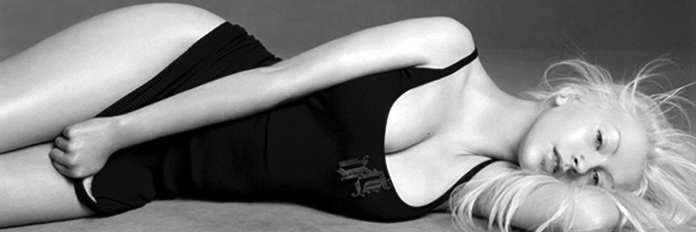 Christina Aguilera, l'omaggio a Whitney Houston e la faccia di P!nk: video