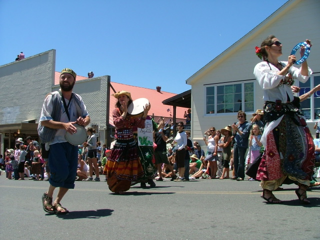 bellydancers in the mendocino fourth of july parade