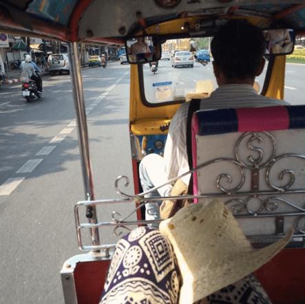 el tuk tuk es un medio de transporte interesante para moverse por Tailandia