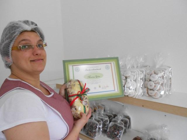 Mariza Glau recebeu o certificado de Melhor Stollen de Pomerode. Imagem: Rejane Koch Goede