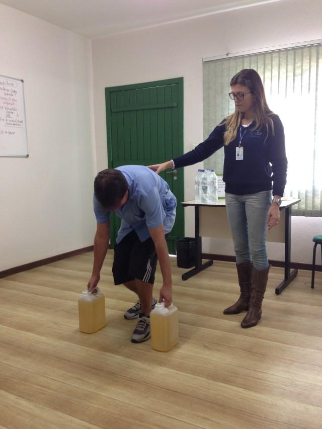 Auxiliar nos cuidados com a postura ao levantar peso também é função do fisioterapeuta do trabalho. Imagem: Divulgação