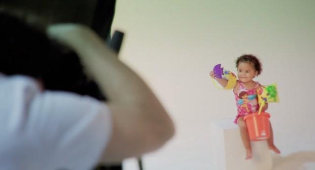 Making of experimenta as reações das crianças ao ver e tocar os brinquedos. Imagem: Divulgação