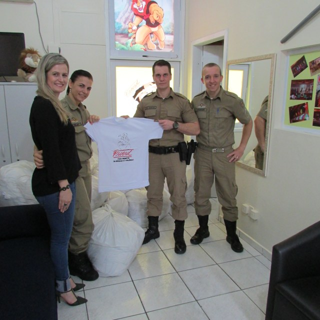 Farbe doa 1,9 mil camisetas para o Proerd. Imagem: Divulgação