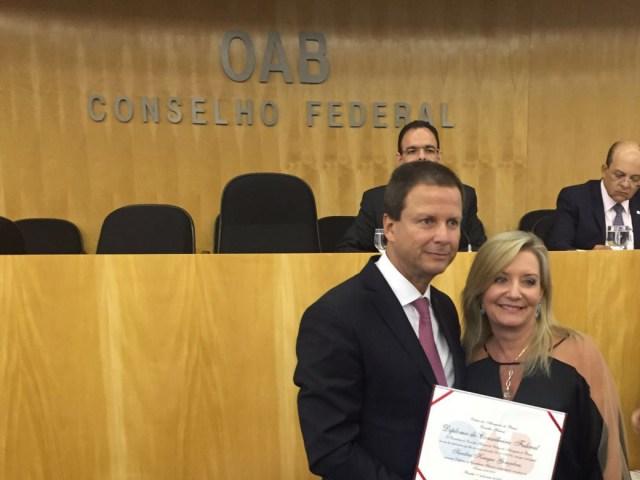 Claudio Pacheco Lamachia, presidente do Conselho Federal da OAB, e Sandra Krieger Gonçalves.  Imagem: Divulgação