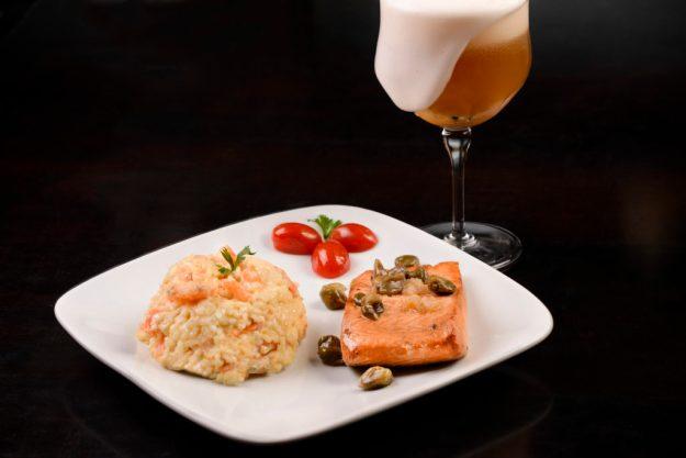 Salmão com alcaparras e risoto de camarão (Divulgação)